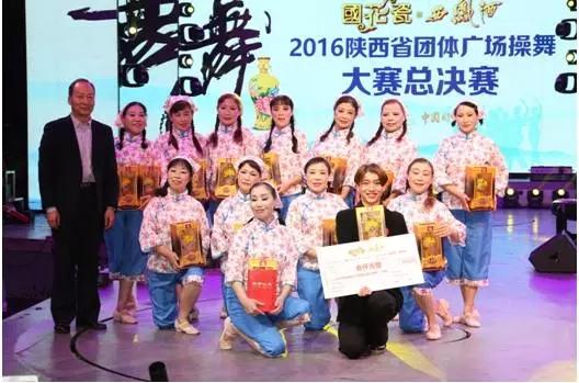 陕西国花瓷实业有限公司常务副总哈学云为冠军颁奖